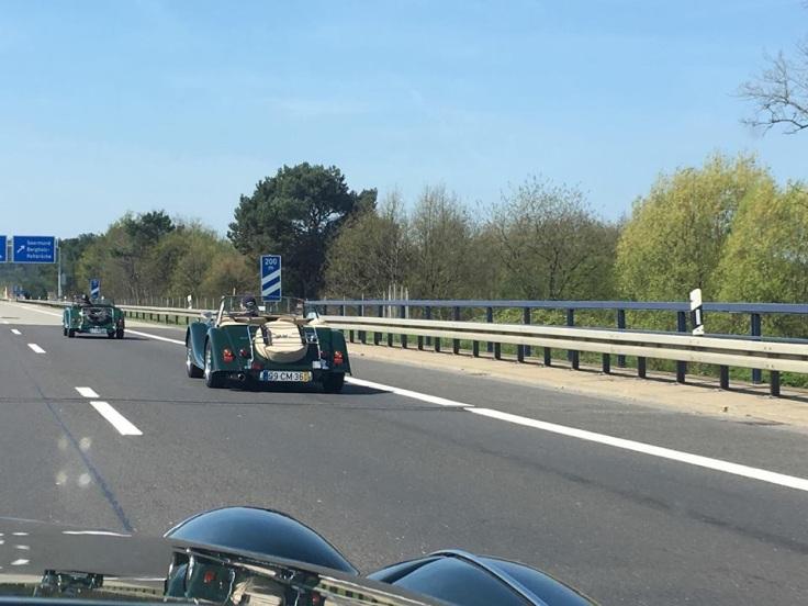 Dan von Appen und Freunde mit englischen Autos auf der deutschen Autobahn